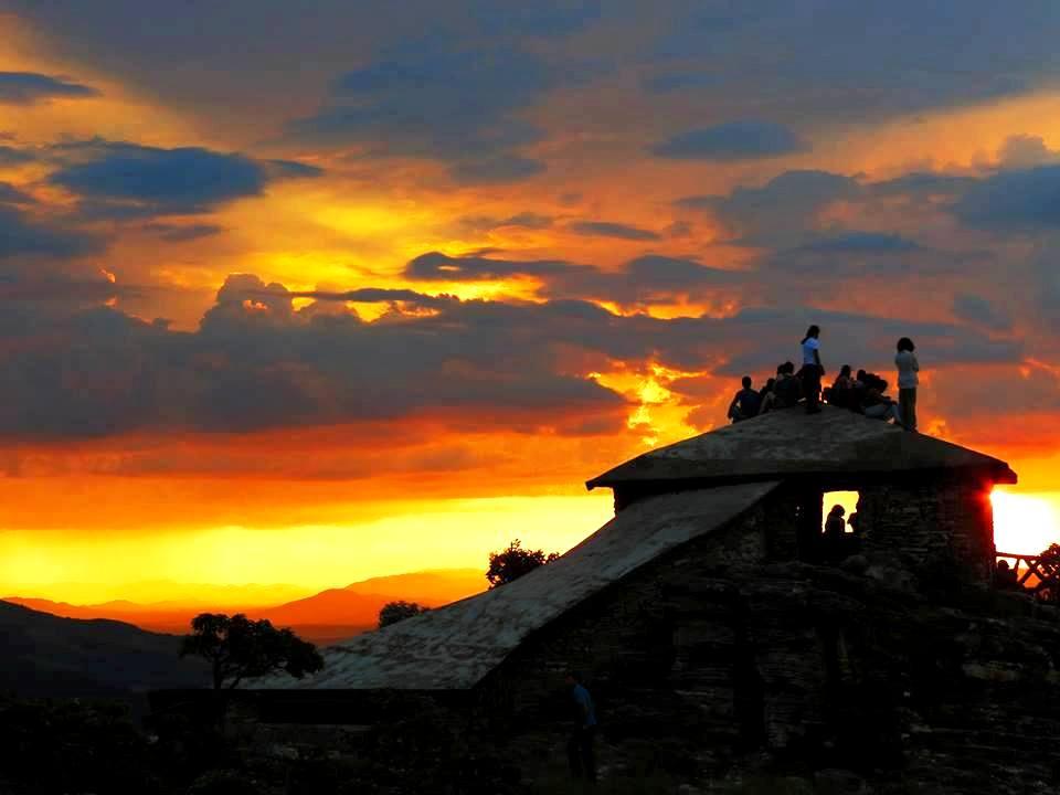 19-Jovens-apreciam-o-por-do-sol-na-Piramide.-foto-Jerez-Costa